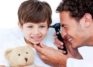 Врач осматривает ухо ребенка