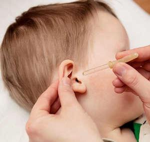 Ребенку капают в ухо
