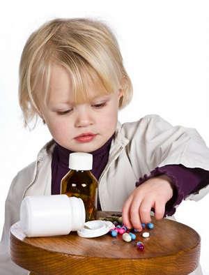 Ребенок берет таблетку