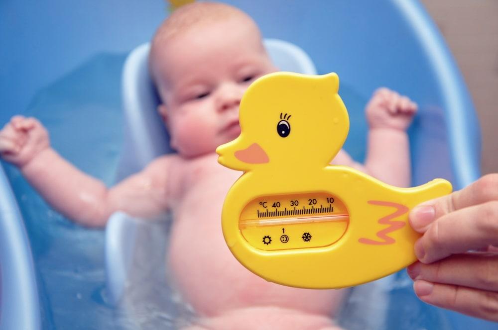 Подходящая температура воды для купания новорожденных