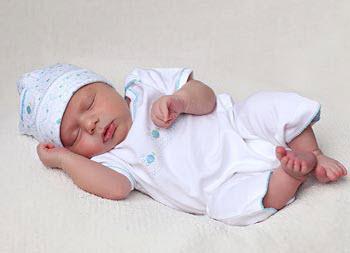 одетый новорожденный