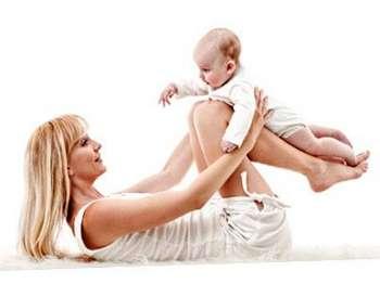 Девушка играет с малышом