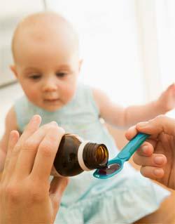 Мама дает младенцу парацетамол