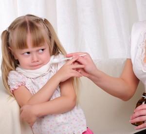 Девочка не хочет принимать лекарство
