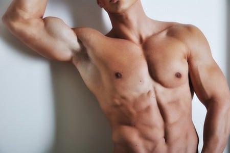 Мускулистый мужчина
