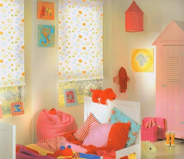 Тканевые рулонные шторы в детской комнате на лето
