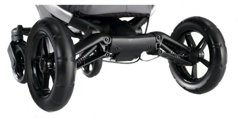 Выбирая зимнюю коляску для новорожденного, учитывайте, что снегопады будут чередоваться с днями, когда появится возможность ездить по асфальту, поэтому не отказывайтесь от моделей с поворачивающимися передними колесами