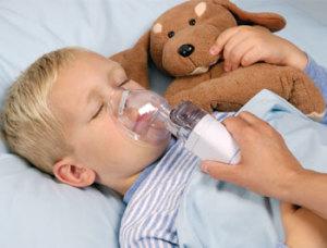 Ребено дышит через небулайзер