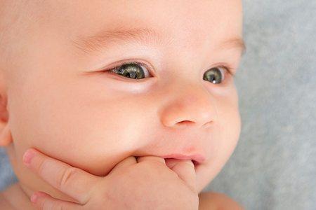малыш запхал руку в рот