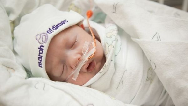 После преждевременных родов новорожденного выхаживают при помощи специальной аппаратуры