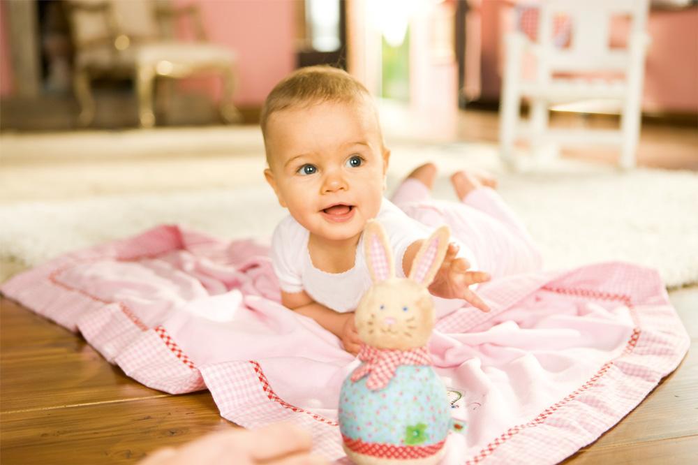 Ребенок тянеться за игрушкой