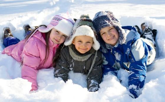 Дети играют на снегу